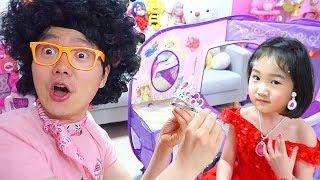 Boram and Konan play kids hair salon with makeup toys