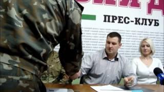 Представитель городского военкомата вручает повестку Лошкареву(, 2015-02-03T16:38:06.000Z)