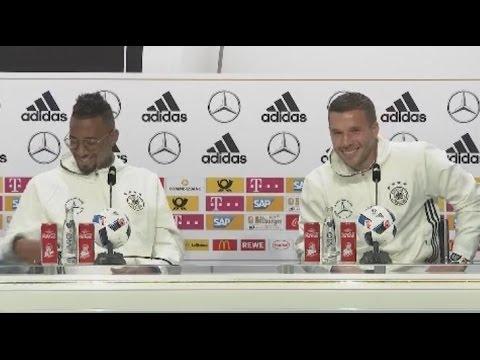 """""""Kraulen an den Eiern"""": Poldi verteidigt Löw und erntet auf PK schallenden Applaus"""