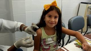 Maria Clara e JP tomando vacina