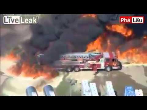 Chiếc xe cứu hỏa bị thiêu cháy khi tham gia chữa cháy (phalau.vn)