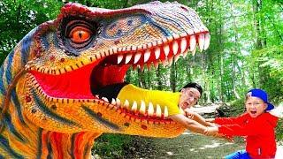 سينيا وأبي يهربان من الديناصورات الحية!