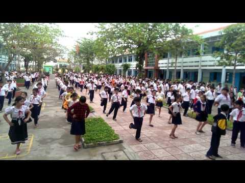Học sinh Tiểu học Mai Thị Non tập thể dục giữa giờ