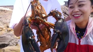 Xiao Zhang took his elder nephew and drove to the sea, digging big clams,and harvested a big lobster