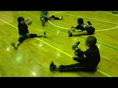 小学生バレーボール 座って開脚レシーブ