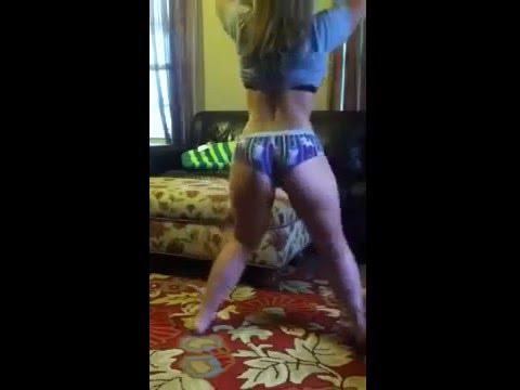 Uma garota sozinha dançando twerk