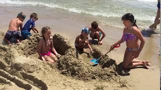 малые ковыряются в песке на пляже