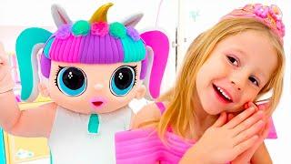 Nastya와 그녀의 친구는 데이트를 위해 같은 공주 드레스를 입는다.