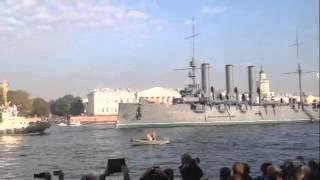 Триумфальное шествие крейсера Авроры по Неве.