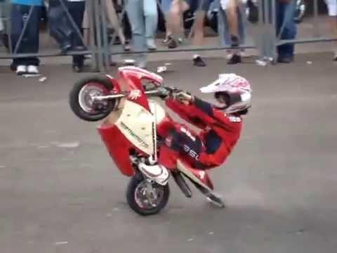 Niño de 6 años mini moto modificada show