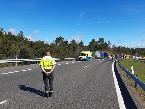 Un herido al arder un camión de paquetería en la A-52