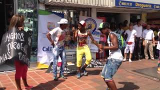 Caleños bailando salsa chocke en la Plaza de Caycedo Cali 18 de diciembre de 2014, y qué pasó?