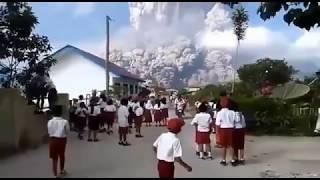 Deti-detik Meletus Gunung sinabung 18-02-2018 , anak sd menangis panik !