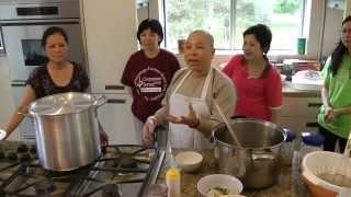 sư cô Pháp Tánh dạy nấu ăn tại nhà dưỡng lão Tuổi Hạc Ontario.