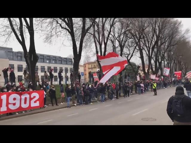 La Curva Sud accoglie e carica i biancorossi prima di LR Vicenza vs Spal