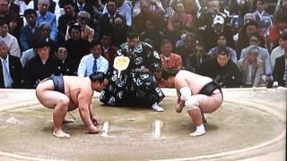 大相撲春場所千秋楽 13日目に左肩付近を痛めた横綱・稀勢の里(30)=田...