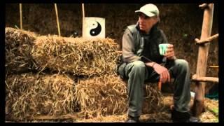Tynkowanie gliną ścian z kostek słomy - Permakultura