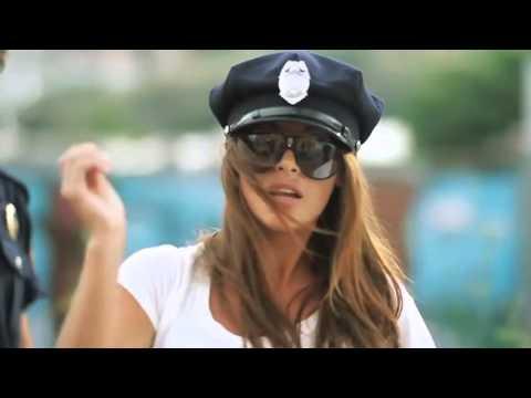 Классная музыка и девушка, ахренеть прикол перед полицией!!!!! сексуальный клип!