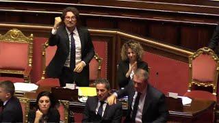 Toninelli esulta col pugno alzato dopo l'approvazione del decreto Genova