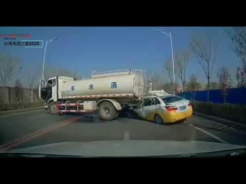 中國 計程車撞灑水車