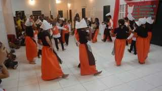 Kinder des Bildungszentrums Fundação Asas tanzen einen Holzschuhtanz ohne Holzschuhe