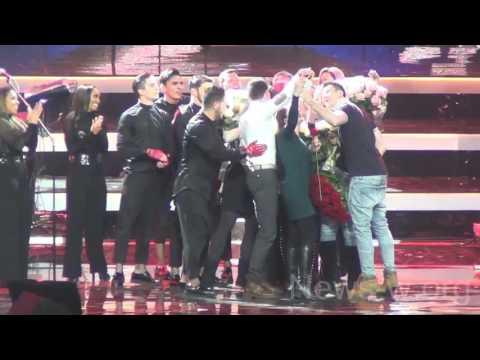 Поклонники чуть не раздавили Christina Aguilera на сцене ГКД 7.12.2016