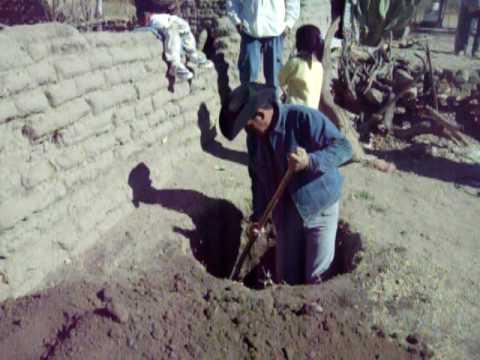 Haciendo el hoyo para una barbacoa en ejido agua fria - Como hacer un barbacoa ...