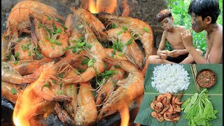 Primitive Technology - Cooking shrimp on a rock for dinner