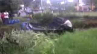 Video Mobil Carry Pengangkut Air Galon Masuk ke Dalam Kolam