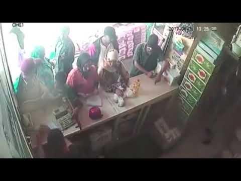 تحرش جنسي فى محل بقالة بس البنت عاجبها الموضوع 😂 thumbnail