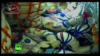 Члены экипажа «Союз МС-7» увозят на МКС копию кубка Гагарина и шайбу — LIVE