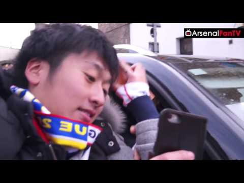 Fans Mob Giroud & Theo Walcott As They Leave The Emirates! | Arsenal 2 Leicester 1