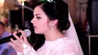 Читает стих на сваю  свадьбу