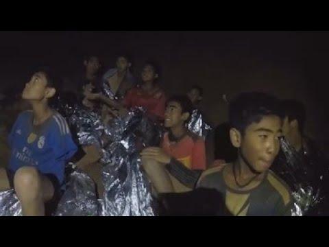 Soldados enseñan buceo a los niños atrapados en la cueva tailandesa