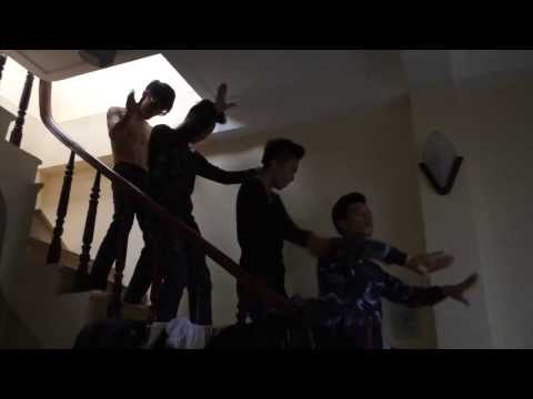 4 nam thanh niên quẩy cầu thang chất lừ