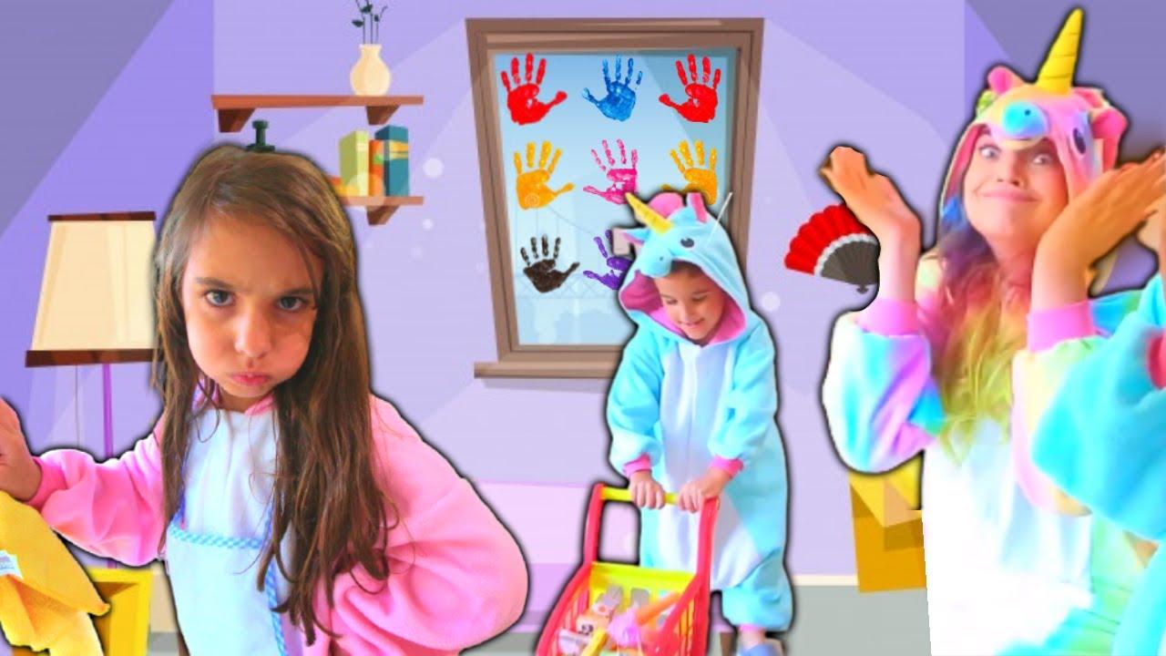 Pink brinca de limpar a casa e o Blue bagunça! Kids Pretend Play with Cleaning Toys!