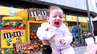 اخدنا بنتنا لاكبر محل شوكولاطة بالعالم 🍫 🍭 (انصدمت من الالوان)