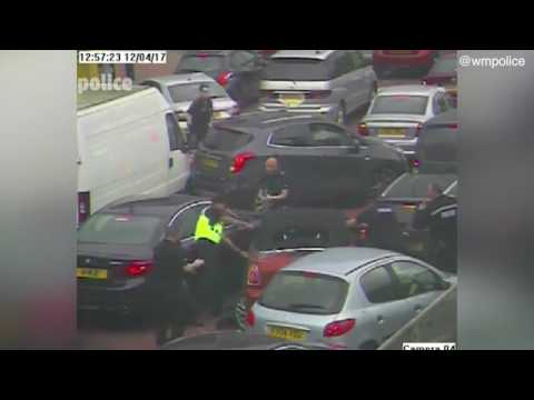 Dramatic footage has emerged of a burglar tries to RAM his way through queues of traffic
