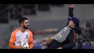 AS Rom vs. Schachtjor Donezk: Champions League - Spieler stößt Balljungen über die Bande