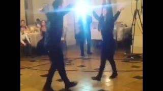 Парень с девушкой танцуют лезгинку