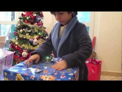 Bambini Che Scartano I Regali Di Natale.Benji Scarta I Regali Natale 12