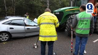 Automobilist botst frontaal op gigantische tractor