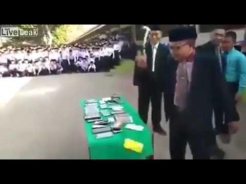 مدير مدرسة في ماليزيا يكسر هواتف الطلاب