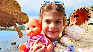 Играем в #КУКЛЫ: Малышка плачет 🐢 Элис нашла Черепаху! Игры на пляже Видео для Детей. Куклы на Море
