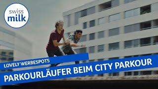 Kuh Lovely führt City-Parkour-Läufer an der Nase herum | Werbespot | Swissmilk (2017)