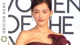 綾瀬はるか、胸元大胆ドレスで美デコルテ披露 可愛すぎる天然発言で笑顔 『VOGUE JAPAN WOMEN OF THE YEAR 2019』授賞式・記者会見