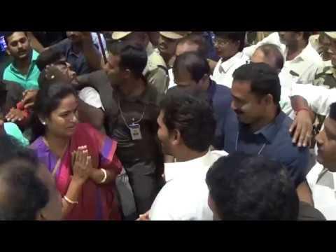 YSRCP  Vidadala Rajini meets YS Jagan in Vizag Airport   Praja Chaithanyam