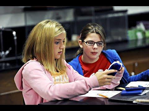 استشاري نفسي: يجب منع الهواتف النقالة عن الأطفال بالمدارس  - نشر قبل 2 ساعة