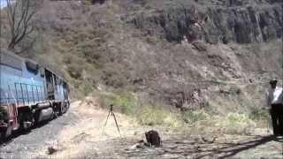 Tren Chepe pasa por Q699km, Témoris, México 29/Apr/2014 #1メキシコ鉄道テモリス付近Q699km地点通過