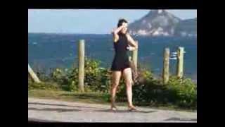 Maria Casadevall dança sozinha na orla da praia